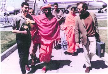 Melbourne Airport, Nov 1970 Muktananda & Michael arriving